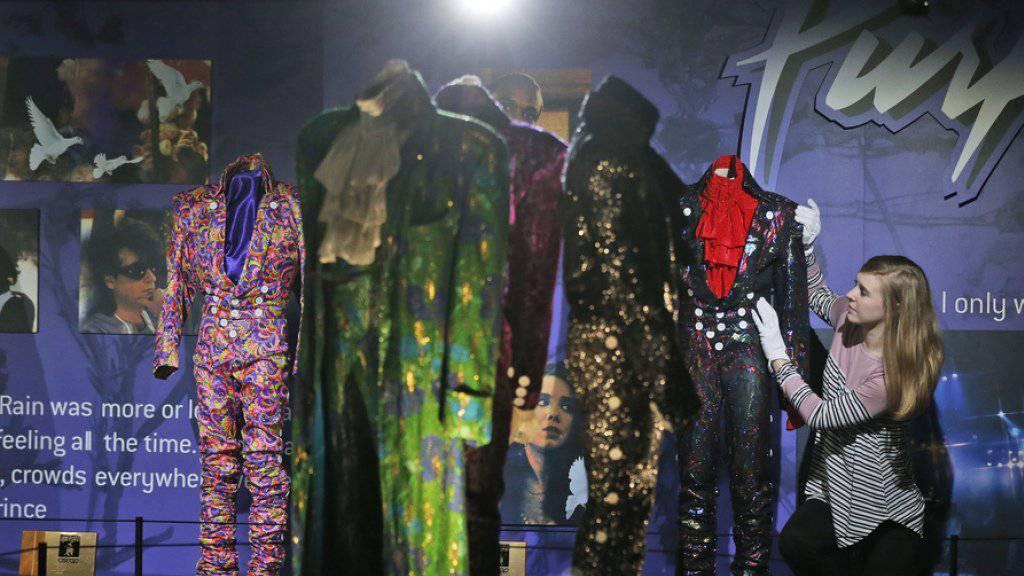 Wie ein Puppenhaus der Prince-Welt: In der Ausstellung «My Name Is Prince» in London sind Hunderte Kleider und andere Habseligkeiten des verstorbenen Musikers zu sehen.