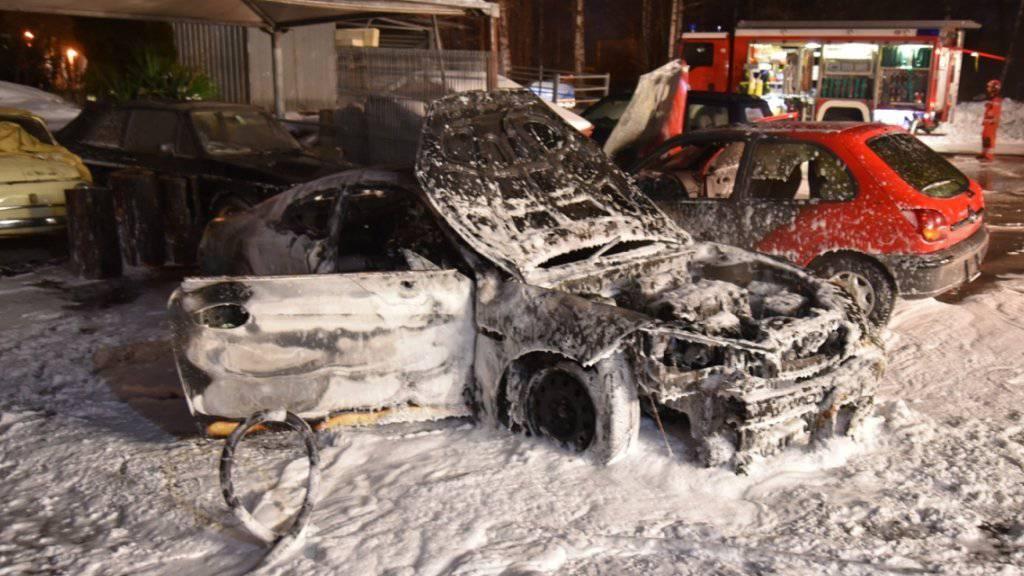 Ein Bild der Zerstörung: Zwei Autos wurden durch das Feuer total, zwei weitere teilweise beschädigt.