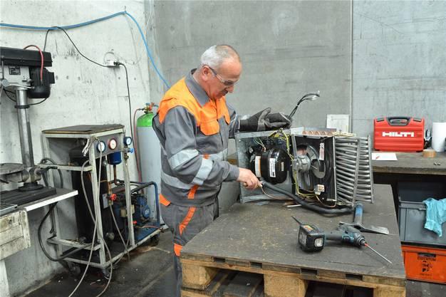 Aus den Klimageräten muss man zuerst das klimaschädliche Kühlmittel FCKW absaugen, bevor man die Metalle verwerten kann.