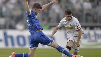 Gladbachs Xhaka im Duell mit Schalkes Von Huntelaar (links).