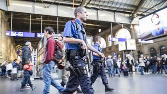 Wachsame und bewaffnete Sicherheitskräfte an allen belebten Orten – die Angst vor dem Terror hat den Alltag erreicht.