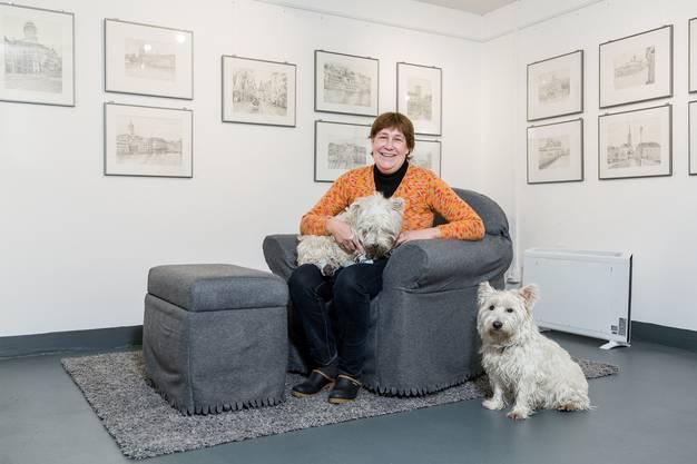 Hollenweger mit ihren West Highland White Terrier (Westie) Chini (auf dem Schoss) und Zumi.