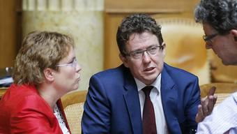 SVP-Präsident Albert Rösti im Gespräch mit Parteikollegen: Die Volkspartei denkt über ein Referendum gegen das CO2-Gesetz nach, mit dem das Pariser Klimaabkommen konkret umgesetzt wird. (Archivbild)