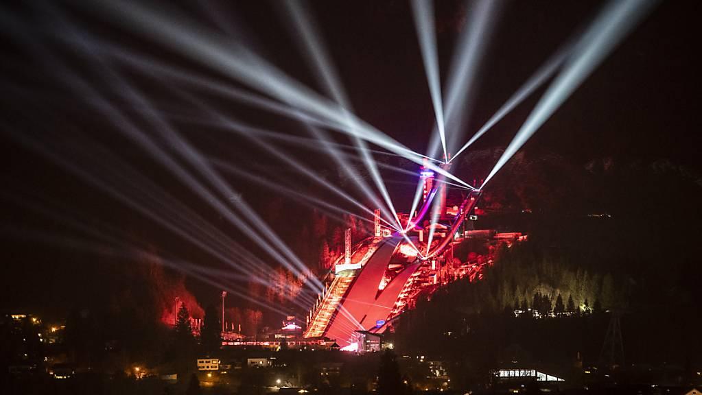 Spektakulär, aber ohne Zuschauer: Die Skisprung-Arena in Oberstdorf während der Eröffnungsfeier der WM