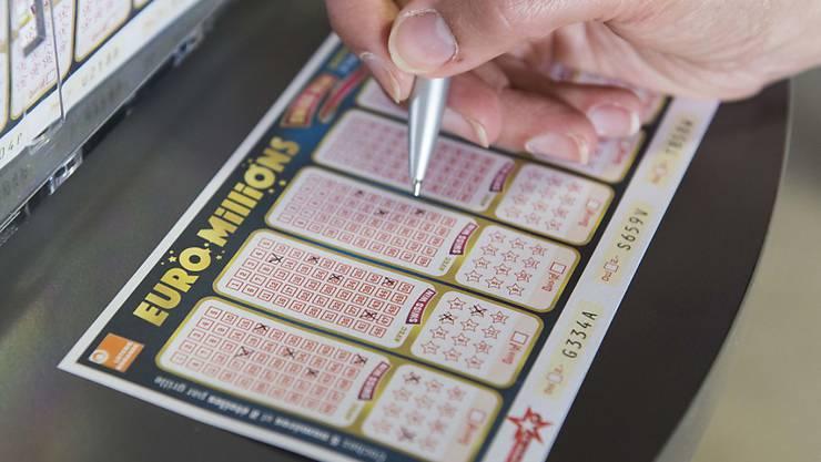 Pro Kopf 333 Franken: Soviel setzten Schweizerinnen und Schweizer 2017 für Lotterien und Wetten ein. (Symbolbild)