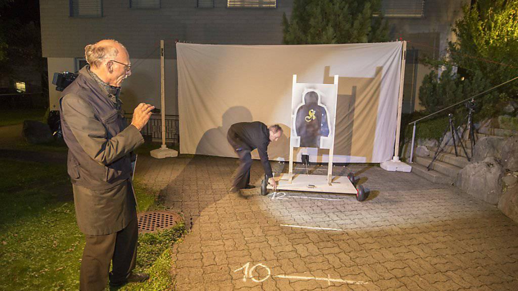 Experten des Forensischen Instituts Zürich untersuchen im Auftrag des Obergerichts Uri mit einem gerichtlichen Augenschein den Tatort mit Schussrekonstruktion im Fall des Erstfelder Barbetreibers. Dieser ist des versuchten Mordes und der versuchten vorsätzlichen Toetung angeklagt.