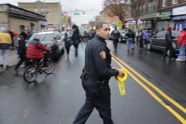Unter den Toten waren ein Polizist, drei Zivilisten und die beiden mutmasslichen Täter, wie US-Behörden am Dienstag mitteilten.