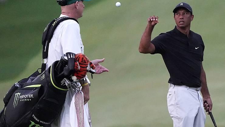 Tiger Woods musste sich am 12. Loch dreimal einen neuen Ball geben lassen. Ein Desaster für den Superstar