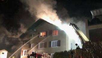 Bei einem Brand in einem Mehrfamilienhaus in Flüelen UR in der Nacht auf Dienstag ist das Gebäude unbewohnbar geworden.