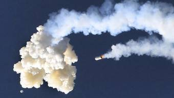In zehn Kilometern Höhe  wurde innert Millisekunden die Trennung der Kapsel, in der die Crew sitzen würde, vom Rest der Rakete eingeleitet. Das Startabbruchsystem soll die Astronauten im Fall von Problemen in Sicherheit bringen.