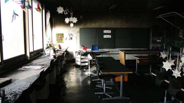 Blick in das verkohlte Werkzimmer im Schulhaus Hinterbächli.