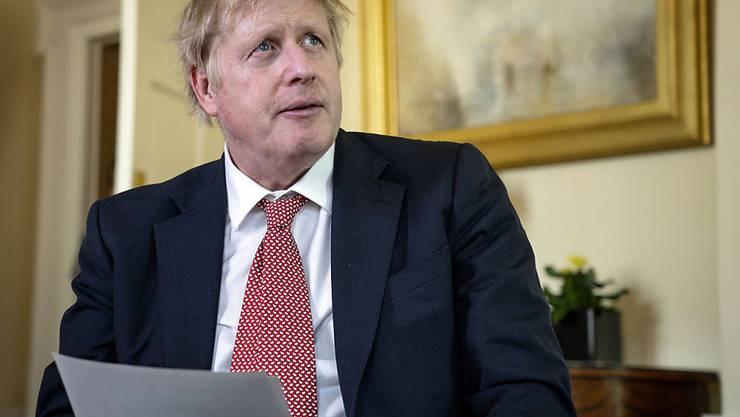 Der an einer Coronavirus-Infektion erkrankte britische Premierminister Boris Johnson will einem Medienbericht zufolge ab Montag wieder die Regierungsgeschäfte aufnehmen. (Archivbild)