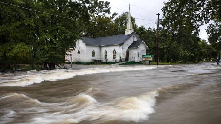 Wasser flutet die Strassen in Fayetteville, North Carolina.