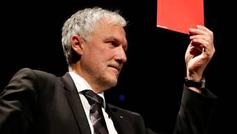 """Peter Gomm zeigt die """"rote Karte"""". Er will sich nicht mehr für die Regierungsratswahlen aufstellen lassen. (Archiv)"""