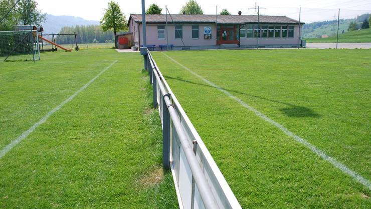 Dietwiler Fussballanlage Schädhölzli: Vergrösserung der zwei Spielfelder, Erneuerung des Garderoben-/Duschgebäudes. (Bild: Eddy Schambron)
