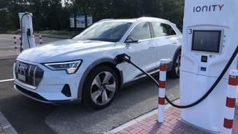 An einer Ionity-Ladesäule lädt der Audi mit bis zu 150 kW.