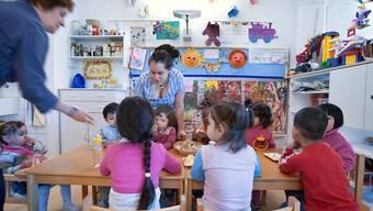 Wer seine Kinder extern betreuen lässt, kann künftig höhere Steuerabzüge machen. Es profitieren aber auch Eltern, die ihre Kinder selber betreuen. Das kommt vor allem Familien mit hohen Einkommen zugute. (Archivbild)