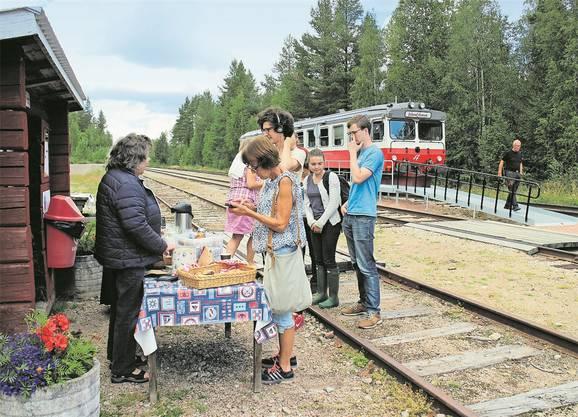 Ein Speisewagen tuckert nicht mit. Deshalb gibt es die Fika – die schwedische Kaffeepause – neben den Gleisen.