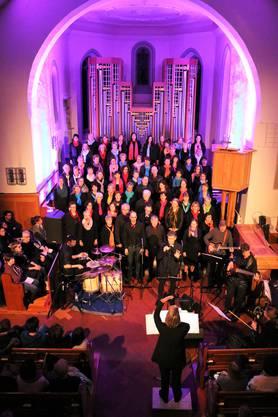 Der rund siebzigköpfige Ad-hoc Chor wartete in der rappelvollen Reformierten Kirche Weiningen mit einem mitreissenden Programm auf.