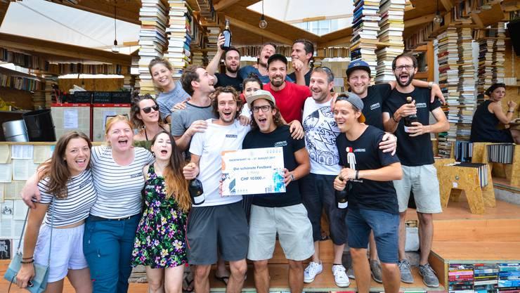 Das Team der Bücherbeiz freut sich über 10'000 Franken Preisgeld.