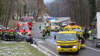 Februar 2018: Nach einem schweren Unfall auf der Staffeleggstrasse oberhalb von Küttigen rückten die Rettungskräfte mit einem Grossaufgebot aus.
