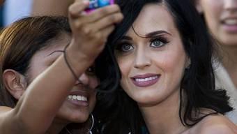 Gemeinsames Foto mit einem weiblichen Fan: Popsängerin Katy Perry (r., Archiv)