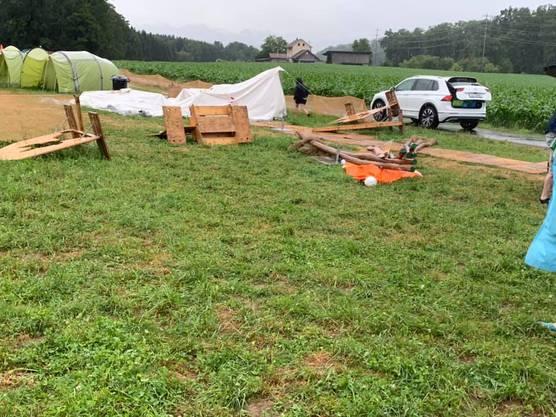 Auch massive Holzinstallationen wurden umgeweht.