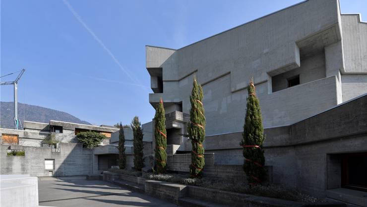 Nach der Renovation der St. Klemenz-Kirche wird nun auch das Pfarrhaus (links im Bild) saniert, das Teil der Anlage ist.