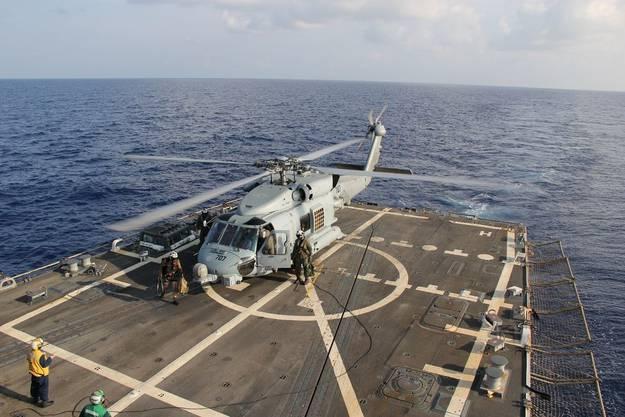 Ein Helikopter der US-Navy auf der USS Pinckney