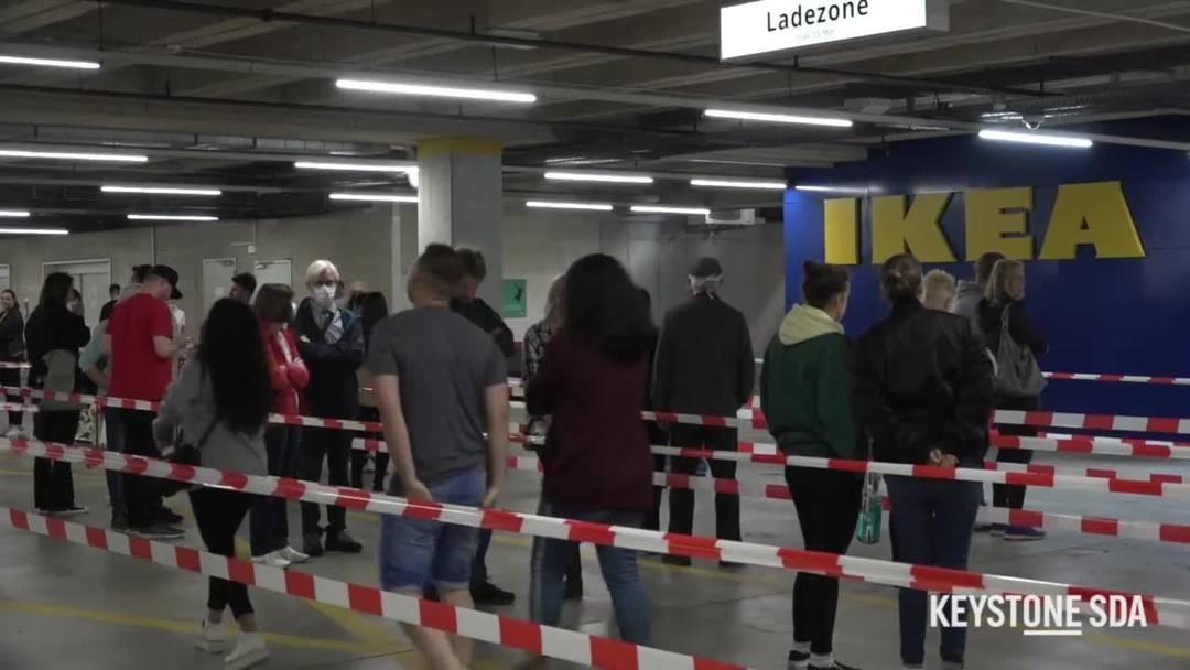 Die ersten Kunden warteten schon zwei Stunden vor der Eröffnung vor der Ikea
