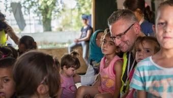 An einem Tag Stacheldraht um die Schweiz, am nächsten Tag Flüchtlingskinder in Griechenland herzen: Andreas Glarner ist in der SVP umstritten als Asylchef.
