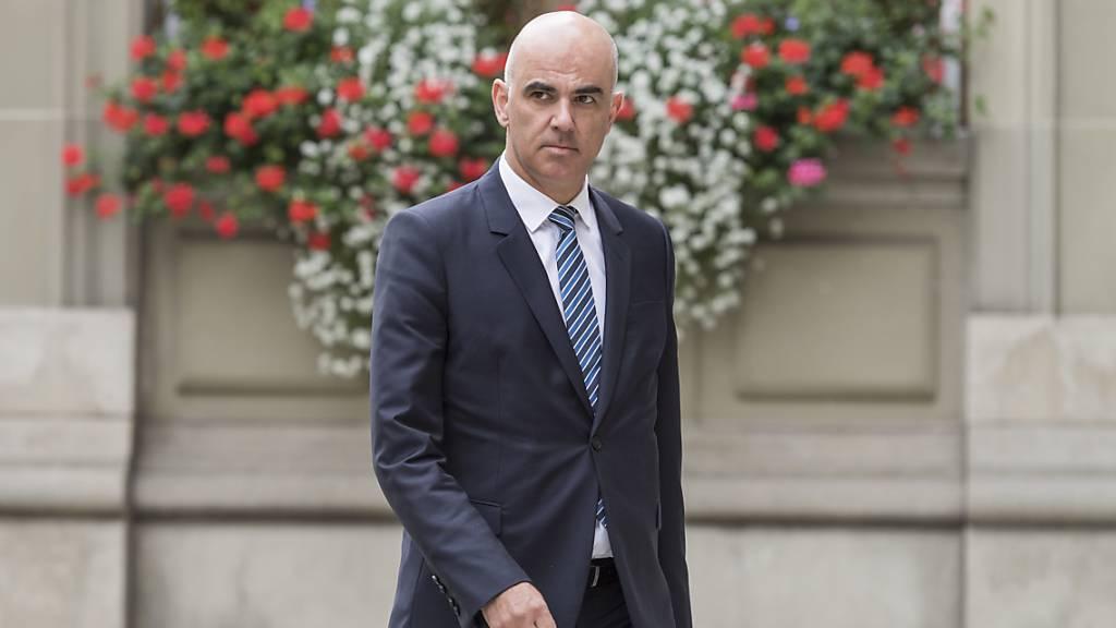 Gesundheitsminister Alain Berset sieht keinen Grund, warum der Bund für allfällige Mindereinnahmen der Spitäler aufkommen sollte. (Archivbild)