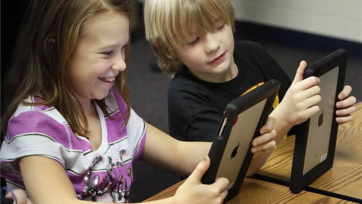 Der iPad als Schulbuch, Heft und Tafel: Schüler während des Unterrichts mit dem Tablet-PC von Apple. (Archivbild)