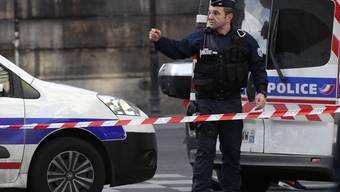 Ein Polizist in der Nähe des Tatorts in Paris. Nun hat der Angreifer offenbar sein Schweigen gebrochen.