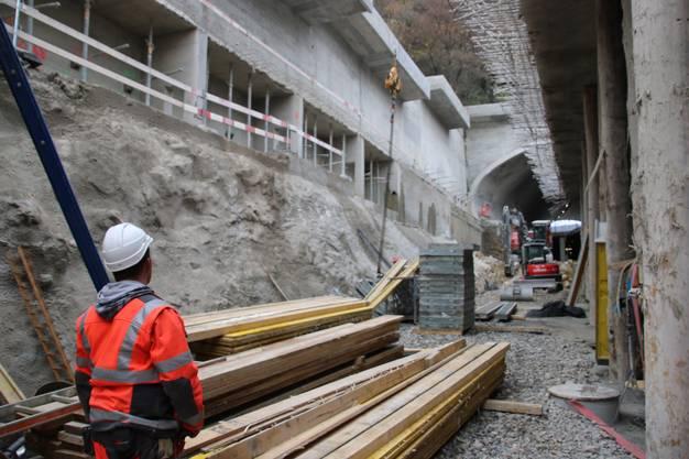 Die Eisen oben werden für die Anschluss-Armierung der Tunnelagaragen-Decke wieder verwendet