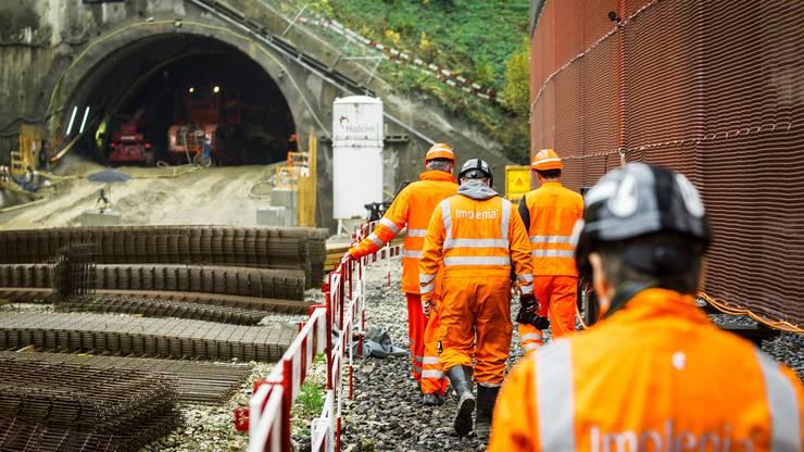 Im neuen Bözberg-Eisenbahntunnel sind die Vortriebsarbeiten bereits auf über 30 Meter fortgeschritten. Der alte Tunnel befindet sich rechts hinter der Membran.