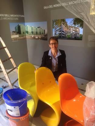 Sabine Horvath posiert im Ausstellungsteil Architektur und Design.