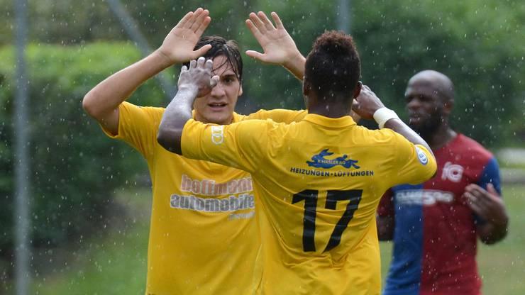 Dornachs Cihad Kahraman (links) wird nach seinem 3:0 von Krizoua beglückwünscht.