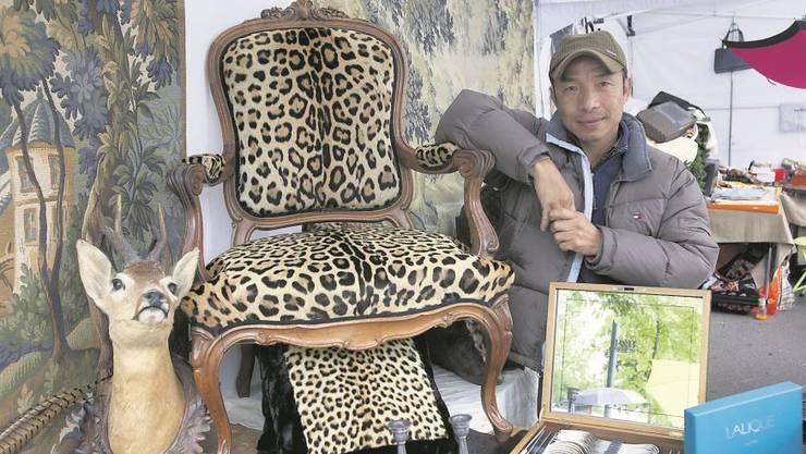 Der ehemalige Tänzer Roger mit seinem Prunkstück: einem Sessel, überzogen mit Jaguarfell, das von zwei Pelzmänteln stammt.