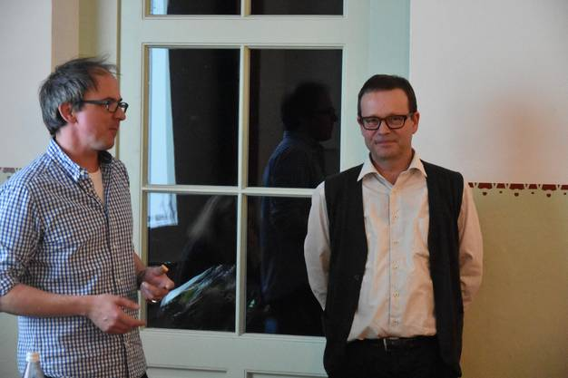 Vorstandsmitglied Tobias Suter überreicht Urs Rey das Abschiedsgeschenk.
