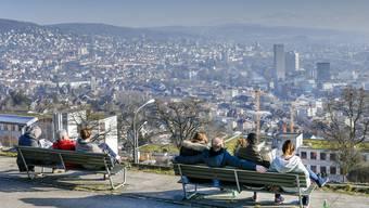 Junge Menschen kommen aufgrund des Jobs und der Ausbildung nach Zürich. Familien ziehen hingegen häufig in ländlichere Gebiete.