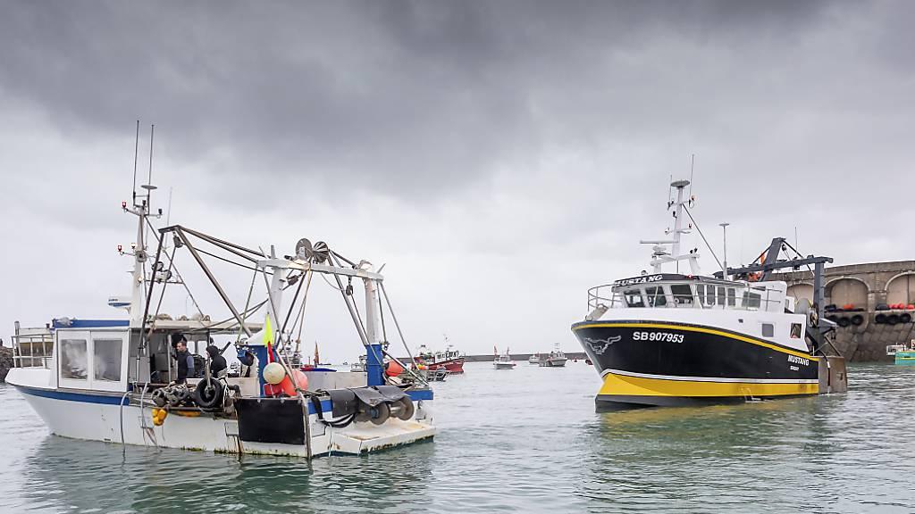 Französische Fischerboote blockieren den Hafen, so dass Fischerboote aus Jersey nicht auslaufen können. Nach dem Ausscheiden der Briten aus der EU war es zu einem Streit über Gesamtfangmengen und deren Aufteilung gekommen. Foto: Gary Grimshaw/Balliwick Express/AP/dpa
