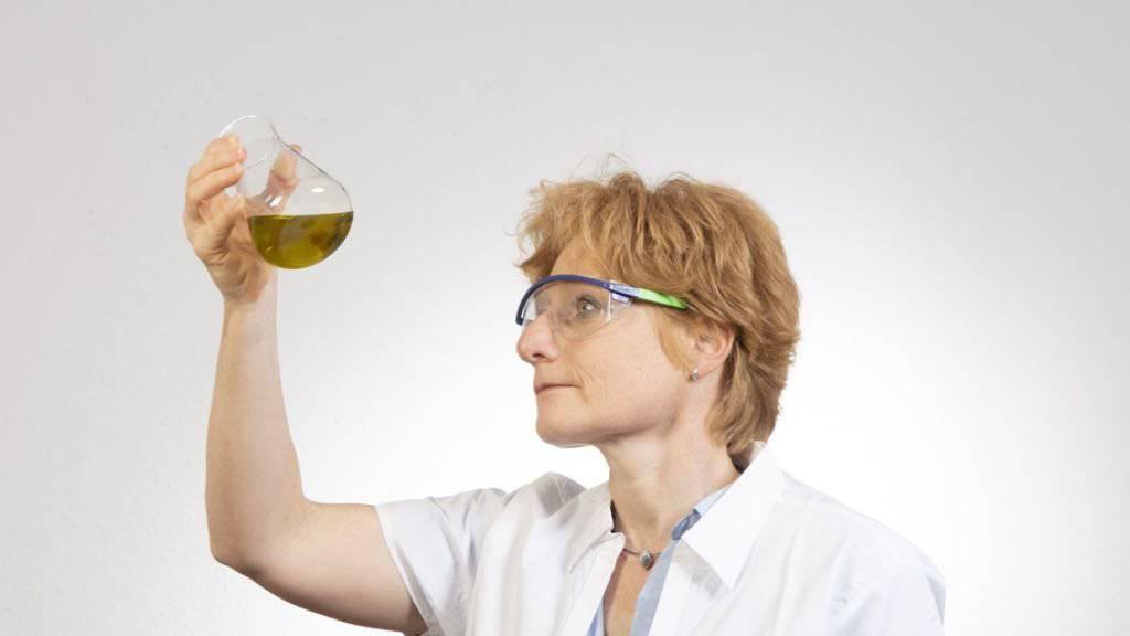 Mit heimischen Pflanzenölen lässt sich prima waschen: Regine Schneider, Geschäftsführerin von Good Soaps, präsentiert das erste Waschmittel auf Basis heimischer Pflanzenöle.