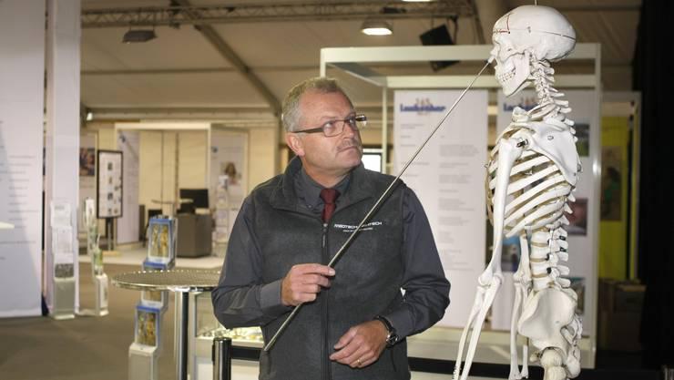 Roland A. Simonet, Organisator (Handelskammer), vor dem Maskottchen «Implanti» (Fotos: Andreas Kaufmann)