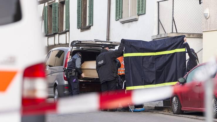 Polizisten laden einen Sarg in ein Auto, in Hemmental, am Montag, 14. Dezember 2015. In einer Wohnung in Hemmental im Kanton Schaffhausen hat die Polizei am späten Sonntagabend zwei Männer tot aufgefunden. Die Polizei geht von einem Tötungsdelikt aus. Bei den Toten handelt es sich um einen 26- und einen 56-jährigen Schweizer, wie die Schaffhauser Polizei damals mitteilte. Die Toten sind laut Mitteilung kurz nach 23 Uhr in der Wohnung aufgefunden worden.