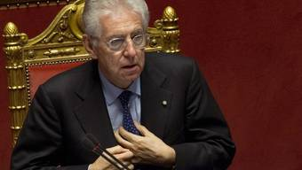 Mario Monti rückt die Kravatte zurecht - bevor er im Senat spricht