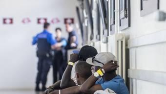 Dominierte bisher die Berichterstattung über den Wahlkampf: das Thema Migration. Im Bild Migranten am Zoll des Bahnhofs Chiasso im Juni 2015.