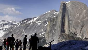 Besucher im Yosemite-Nationalpark vor dem Half Dome am Glacier Point. (Archiv)