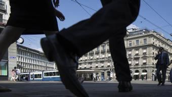 Passanten auf dem Zürcher Paradeplatz: Etwa 7000 Finanzinstitute übermittelten Konto-Daten an die Eidgenössische Steuerverwaltung. (Symbolbild)