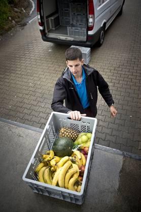 Der Zivildienstleistende Stefan Liechti holt bei einem Grossverteiler Obst ab
